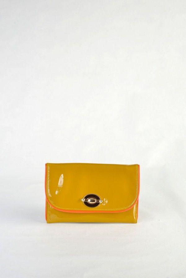 Φάκελος – Τσαντάκι  ώμου κίτρινο μουσταρδί, υφή λουστρίνι. Κομψό, εντυπωσιακό κούμπωμα. Περιλαμβάνει  αλυσίδα χρυσού χρώματος για τον ώμο. Εσωτερικά εξαιρετική σατέν φόδρα, 1 ενιαίος χώρος και 1  επιπλέον μικρότερη  θήκη.