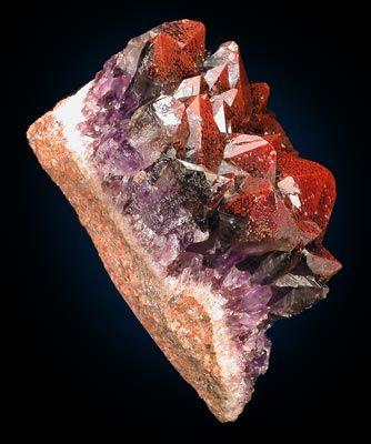 Amethyst and quartz colored red through hematite inclusions / Origin: Diamond Willow mine, Pearl, Thunder Bay, Ontario, Canada