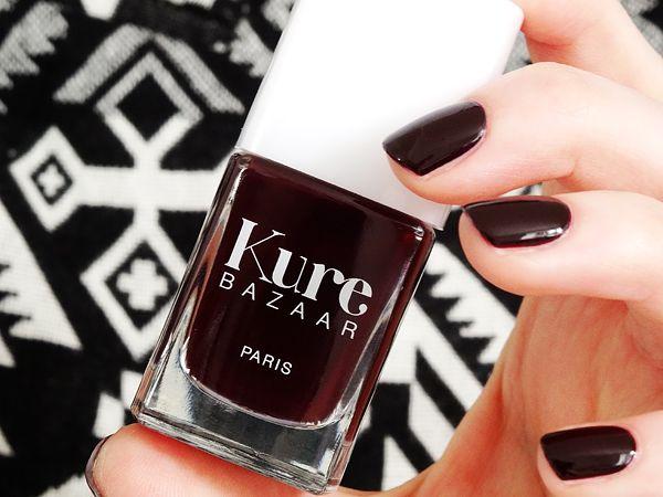Scandal de Kure Bazaar : rouge très noir et laqué disponible sur http://www.mademoiselle-bio.com/vernis-a-ongles-kure-bazaar.html