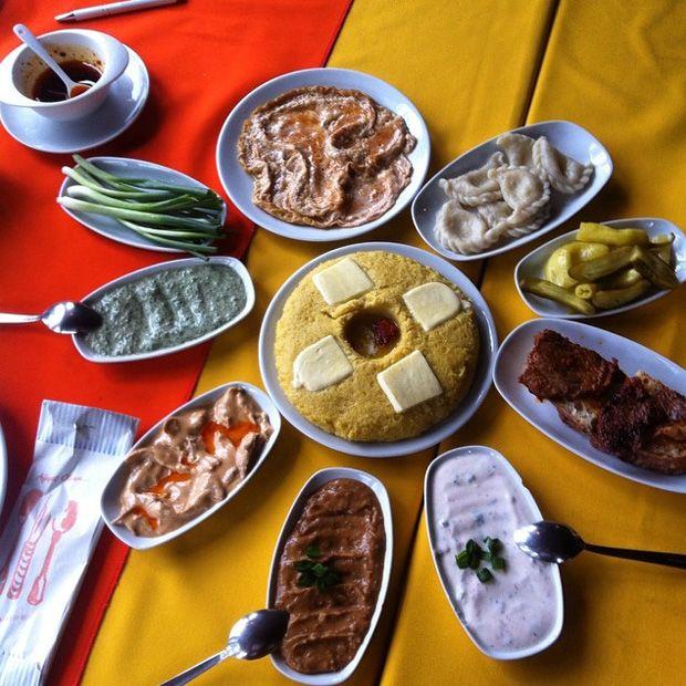 Çerkes Yemekleri - Kaçamak, Abista, Mamursa, Mamrise   Farklı bölgelerde yine farklı isimler alır. Çerkes peyniriyle servis edilir. Yanına da bolca yoğurtlu ya da sütlü yiyecekler konulur. Ana yemek olmasa da ana yemek görevi görür.