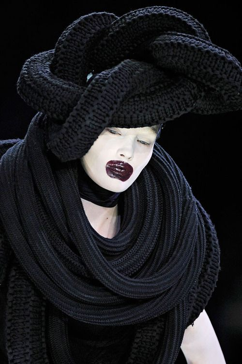 hautedeath:  DETAILS OF ALEXANDER McQUEEN FW 2009. MAKEUP BY PETER PHILIPS.
