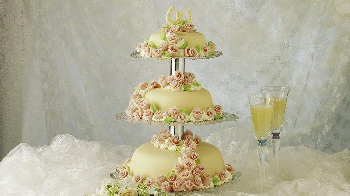 Til en av livets største fester hører det med en imponerende kake! Her får du hjelp trinn for trinn om du vil lage en fantastisk bryllupskake i tre etasjer.