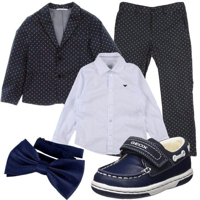 Un completo composto da giacca e pantalone blu, a pois. Abbiniamo camicia bianca con logo blu a contrasto, scarpe blu in pelle con impunture bianche e papillon blu.