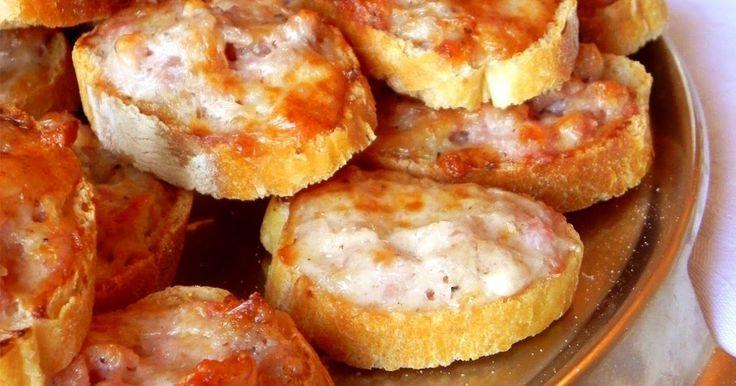 Ricetta veloce dei crostini caldi con salsiccia e stracchino