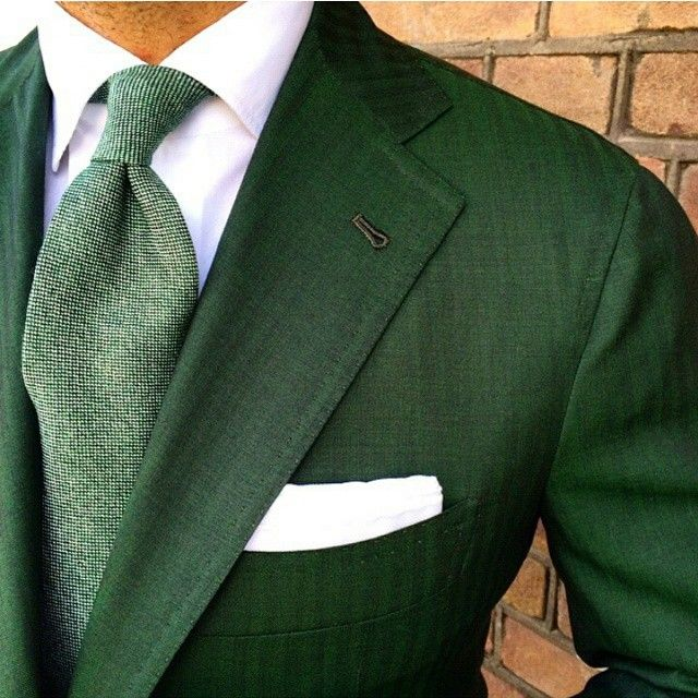 I've always been partial to green, sadly you very seldom get a good green. Invariably its either to muddy. to pale, to dark or just plain awful. This however gets close to what I'd enjoy wearing but not that tie, no just forget the tie please. Now years ago I had a wonderful bottle geen one by Faberje... don't make them like that anymore, sigh ;)