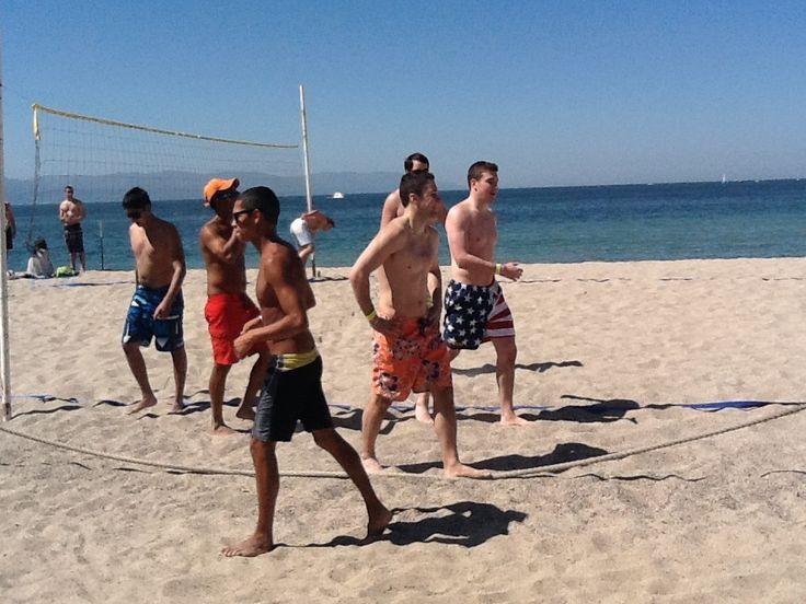 Jugando volleyball en la playa!!!! Playing volleyball on the beach!!!