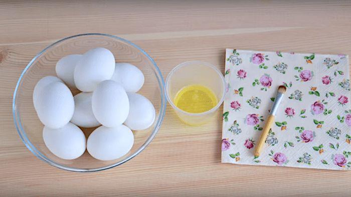 Декупаж яиц к Пасхе (Decoupage of eggs for Easter) Сваренные вкрутую яйца, яичный белок и салфетка с рисунком. От салфетки отрываем по кусочку с рисунком и немного внахлест приклеиваем кусочки к яйцу, покрывая их белком. Украсив одну половину яйца, даем ей высохнуть и затем покрываем вторую половину. В конце покрываем все яйцо еще одним слоем белка.