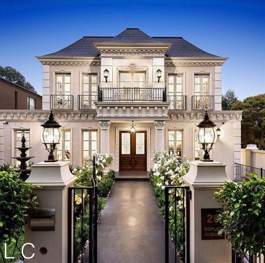 Best 25 classic house exterior ideas on pinterest for Modern classic house