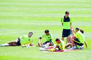 (LR) Luis Suárez, Neymar, Jordi Alba, Lionel Messi, Javier Mascherano y Gerard Piqué del FC Barcelona tienen un descanso después de una sesión de entrenamiento durante una FC Barcelona abierta Día de prensa antes de su la UEFA Champions League ante la Juventus en 02 de junio 2015 en Barcelona, España.