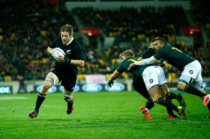 Richie Mccaw Photos Photos - Richie McCaw of the All Blacks breaks away to score a try during The Rugby Championship match between the New Zealand All Blacks and the South Africa Springboks at Westpac Stadium on September 13, 2014 in Wellington, New Zealand. - New Zealand v South Africa - The Rugby Championship