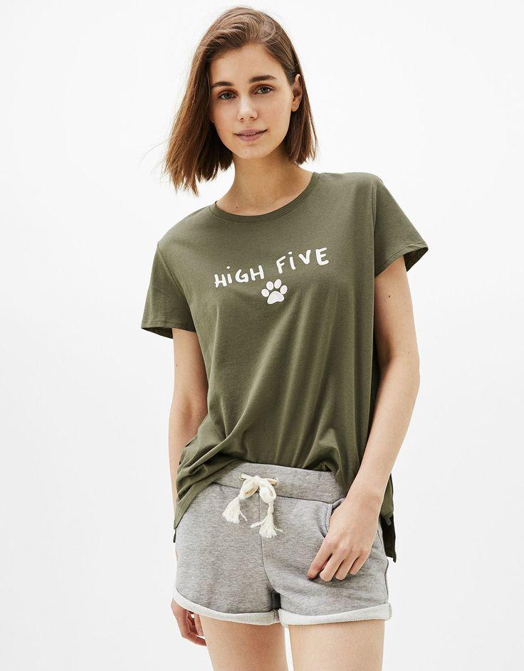 Koszulka z nadrukiem Dogs.  Odkryj to i wiele innych ubrań w Bershka w cotygodniowych nowościach