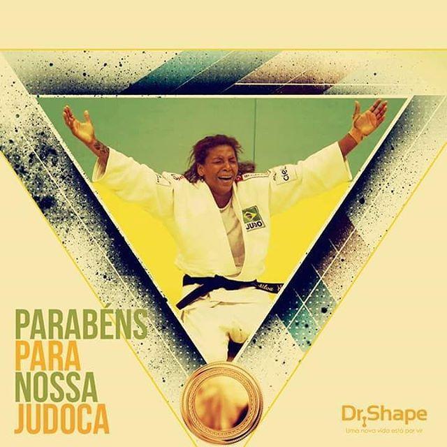 RAFAELA SILVA  A primeira medalha de ouro do  nos Jogos Olímpicos do Rio de Janeiro é de uma carioca nascida em uma favela e que começou a lutar em um projeto social. Rafaela Silva é a nova campeã dos leves (57kg) do judô após bater a mongol Sumiya Dorjsuren atual líder do ranking mundial nesta segunda (08). Parabéns pra nossa Campeã Olímpica!  #drshape #rio2016 #vivanamedida #champs #jogosolimpicos #rj #judo #martialarts #training #team #brazil