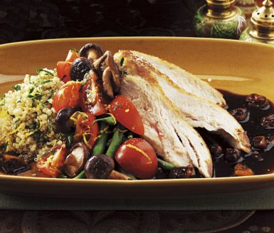 Denna fågelrätt kan snabbt komma att bli din nya favorit! Fikonskyn ger kycklingen en fin sötma medan balsamvinägern bidrar med sälta. Servera med citronquinoan, som består av haricots verts, citronskal, persilja, spenat och tomater.