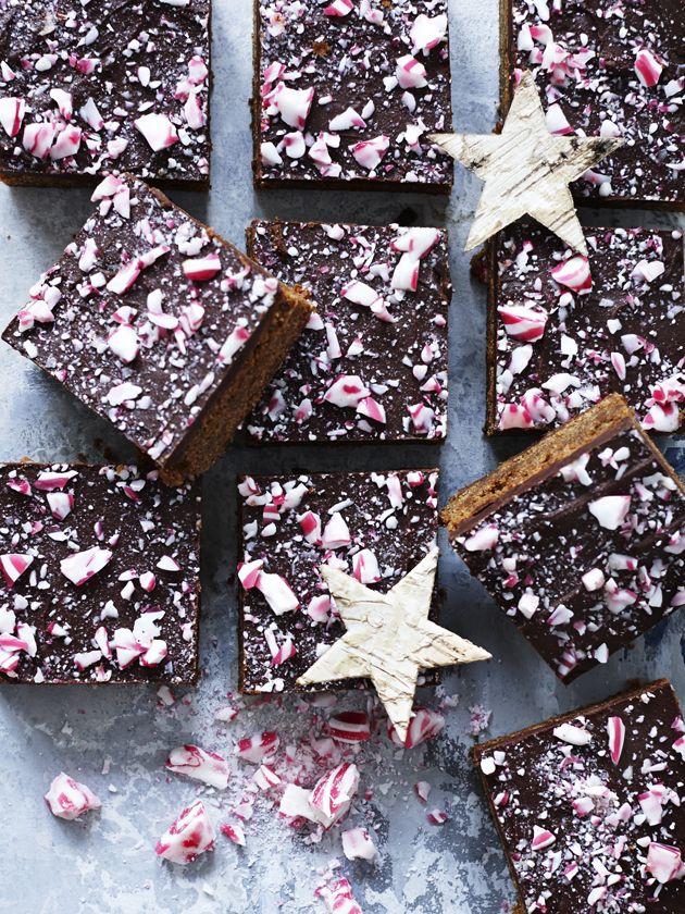 Prøv denne anderledes kage til jul. En traditionel kanelkage med smukt pebermyntepynt af bismarckbolsjer.