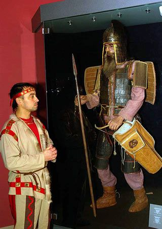 Museum exhibit of Scythian warrior with Scythian reenactor.     Скіфський | Скіфія Золота, національний музей ...
