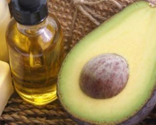 Après-shampooing maison à l'avocat, banane et huile d'olive pour cheveux ternes : http://www.fourchette-et-bikini.fr/recettes/recettes-minceur/apres-shampooing-maison-lavocat-banane-et-huile-dolive-pour-cheveux-ternes