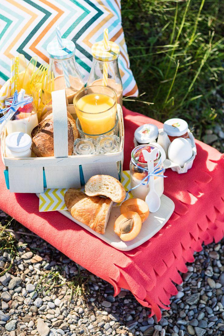 Ein Frühstück am See lässt sich prima als Picknick arrangieren und ist außerdem eine schöne Geschenkidee für einen lieben Menschen.   Außerdem haben wir ein Mini-Picknick DIY für Euch: Spankörbchen als Picknickkorb