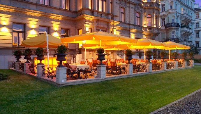 Le Palais Hotel Prague: Both locals and guests alike flock to the charming Garden Terrace in warm weather.