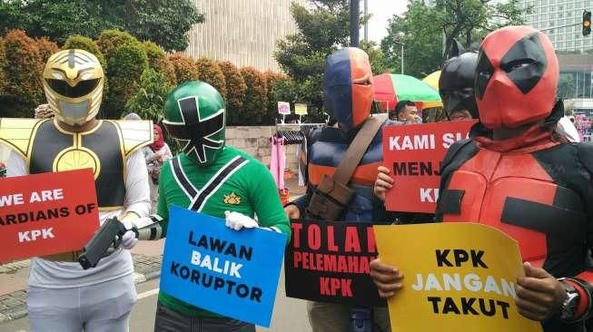 Aksi teatrikal ala super hero di gelar di Bundaran Hotel Indonesia.