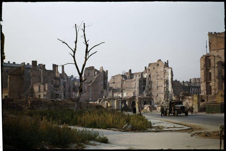 Szpitalna - widok w kierunku południowym od skrzyżowania z ul. Warecką. Na zdjęciu widoczne są zniszczone budynki przy wylocie ulicy Boduena. fot. Henry N. Cobb 1947