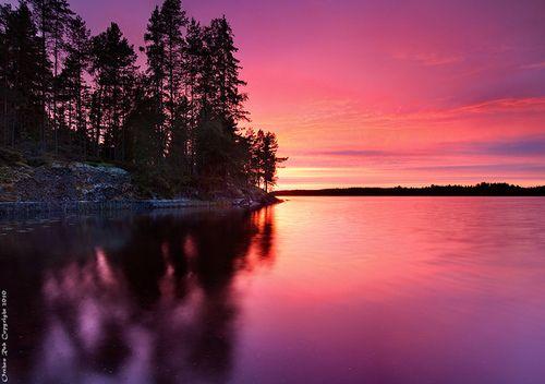järvi-suomi on kesä-iltaisin ehkä kauneinta seutua ja siksi se on hyvin suosittua loma-mökki seutua. Kuin kuvasta näet. Kirjoittanut Tiltu.
