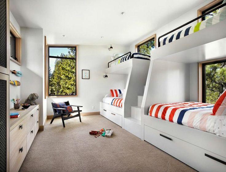 chambre d'enfants spacieuse aménagée avec deux lits superposés blancs, meuble bureau en bois massif, moquette et fenêtres panoramiques