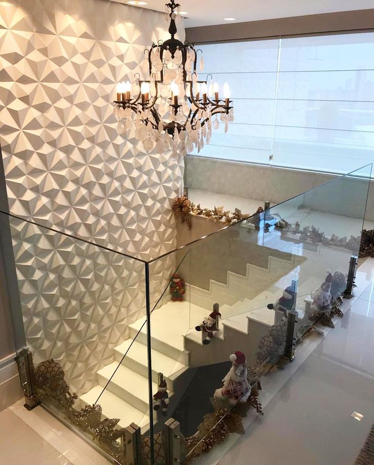 Revestimento 3D e uma escada lindamente decorada para o #natal.  Amei! Projeto Vanessa Martins Arquitetura Via @maisdecor_  www.homeidea.com.br  Face: /homeidea  Pinterest: Home Idea #homeidea #arquitetura #ambiente #archdecor #archdesign #projeto #homestyle #home #homedecor #pontodecor #homedesign #revestimento3d #interiordesign #interiores #picoftheday #decoration #revestimento  #decoracao #architecture #archdaily #inspiration #project #regram #home #casa #grupodecordigital