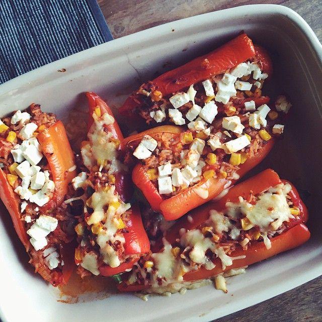 Se det här fotot av @eat.sport.love på Instagram • ugnsbakad gratinerad fylld paprika, fetaost ost, nötfärs, majs, tomatsås, lök, svarta bönor, (chiliconcarne/köttfärsås rester)