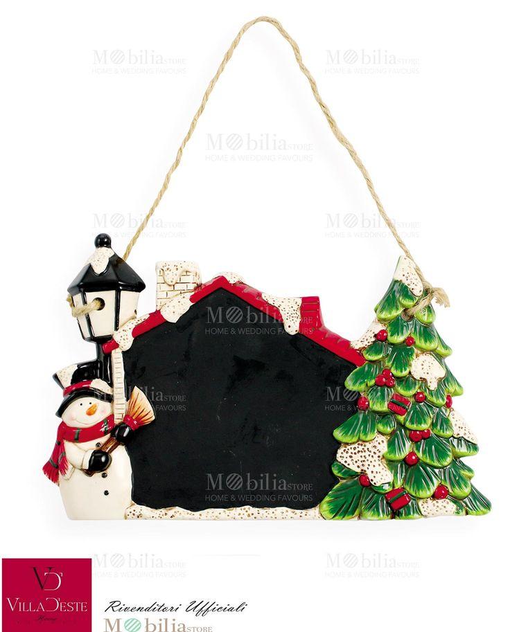 Lavagnetta da appendere Natalizia Villa d'Este, arricchita da un albero di natale e da un simpatico pupazzo di neve accanto ad un lampione.