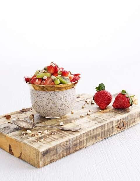KJØLESKAPSGRØTEN SOM LAGER SEG SELV: Skal du ha den med ut, så topp med frosne bær. Da holder den seg bedre og blir perfekt til du skal spise den om noen timer.