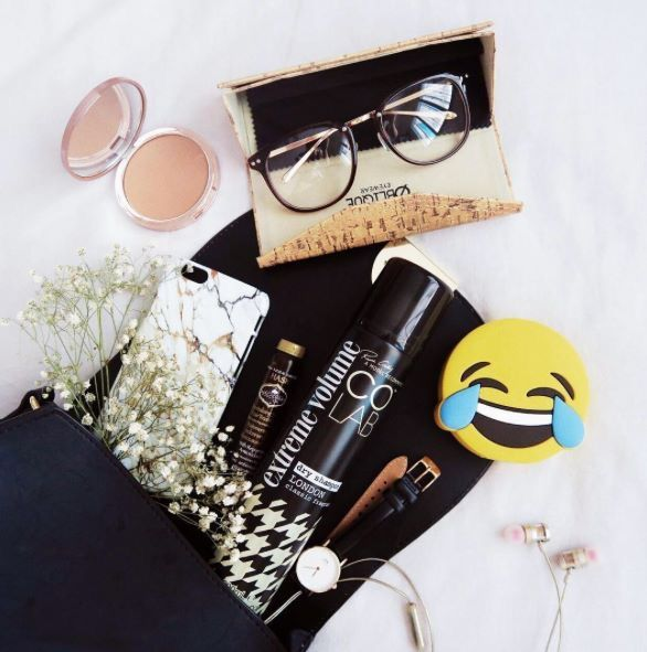 London Fashion Week! 👠📸💄 Make sure you pack all of your essentials! #COLAB #DryShampoo #Quickfix #AftershowParty #LFW #FashionFave (📸 JanelleJaw 💕)  COLAB is available Superdrug feelunique.com BeautyMart UK Cloud 10 Beauty ASOS