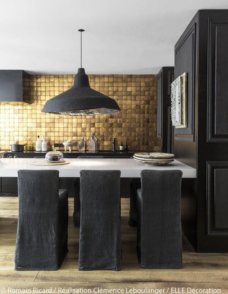 De l'or brillant et du noir mat pour une décoration de cuisine moderne et élégante.: