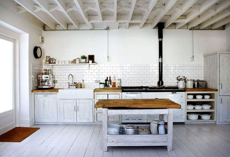duza-biala-kuchnia-w-stylu-rustkalnym-wiejskim-drewniane-meble.jpg (1050×717)