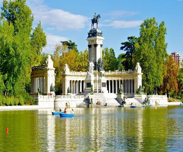 Pasear por El Retiro y perderte entre sus árboles es una idea 100% romántica para hacer en Madrid. ¡Te enamorará!  #retiro #parques #madrid #parejas #planes #romantico