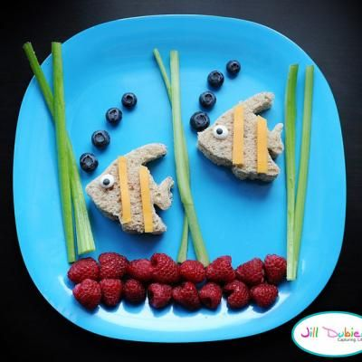 Swimming fishy sandwiches. If I make these for my kids I will be the best mom in the world ;-)