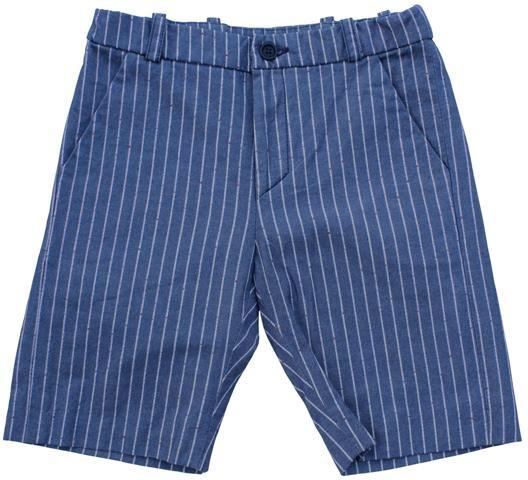 Max - denimblauwe gestreepte bermuda - Denimblauwe bermuda met krijtstrepen en rode en blauwe spikkels. Verstelbare elastiek. Mooie pasvorm. Schuine steekzakken en verborgen zakken met knoop achteraan. 96% katoen/3% pl/1% ny.
