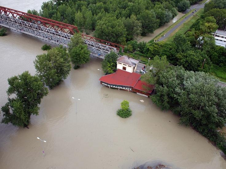 SME.sk   Pozrite si letecké zábery rozvodneného Dunaja v Bratislave (streda)