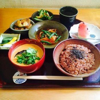 「寝かせ玄米」はもっちりした食感と、深みのある風味、そして豊富な栄養で一度食べたらやみつきに♡