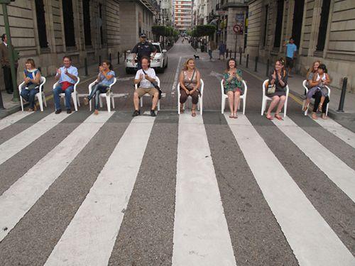 """Los Dobles """"30 MINUTOS DE APLAUSOS"""" 2010, Santander. Durante 30 minutos los peatones son los protagonistas del paso, a los que se aplaude en el intervalo de su paso por él."""