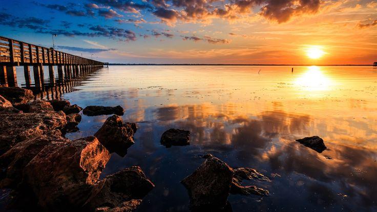 Côte coucher du soleil paysage, mer, jetée, pont de bois, rochers, ciel rouge Fonds d'écran - 1600x900