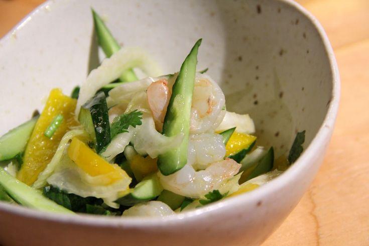 タイ料理というとすぐに思い出すのは、超辛いトムヤンクンやピリっとした肉のサテ。でもこういうガツンと刺激のある料理だけじゃなく、酸っぱ甘くてさわやかなサラダもタイ料理の楽しみのひとつだ。 タイ料理で人気のサラダのひとつに、青パパイヤの千切りでつくったソムタムがある。でも本州では青パパイヤは手に入りにくいから、「ナンチャッテ」で味つけだけソムタム風のサラダを作ってみよう。【用意する具材】・きゅ...