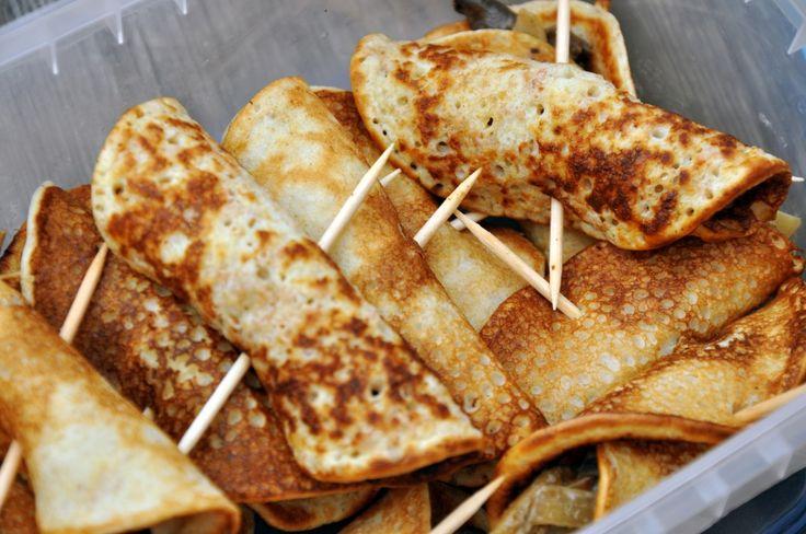RECEPT på CREPES (mini-crepes) med fyllningar: gräddig bacon med lök // gräddstuvad svamp (trattkantareller) med lök // crepes med räksallad
