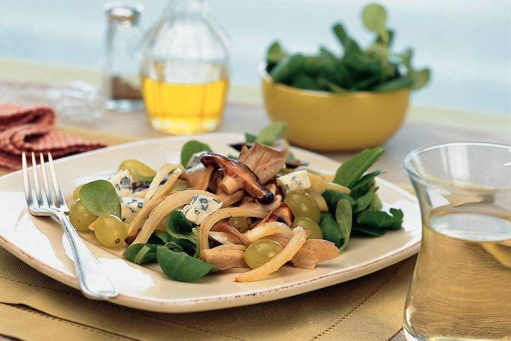 Allerhande -  Paddestoelensalade met druiven en blauwaderkaas