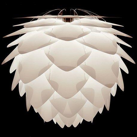 Een Deense designlamp voor een hele mooie prijs: het kan bij De blauwe Deel Verlichting. De VITA Silvia is de ideale lamp voor boven de tafel, in de hal, woonkamer of slaapkamer, want deze lamp verblindt niet. Bijzonder is dat deze lamp zowel als hanglamp, vloerlamp en tafellamp te monteren is. Optioneel is een bijpassende pendel met een wit of zwart linnen koord bij te bestellen en/of een stijlvolle driepoot in mat wit of mat zwart. De Silvia is gemaakt van kunststof, wordt geleverd in een…