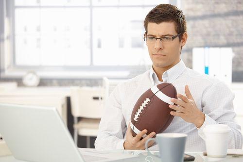 Nicht nur für Sportfreunde: Am Sonntag geht der Super Bowl 2015 über die Bühne. Die harten Jungs vom American Football erteilen uns dabei verblüffend viele Lektionen für unser eigenes Berufsleben. 10 Dinge, die wir vom Super Bowl lernen können:  http://karrierebibel.de/10-dinge-die-wir-vom-super-bowl-lernen-koennen/
