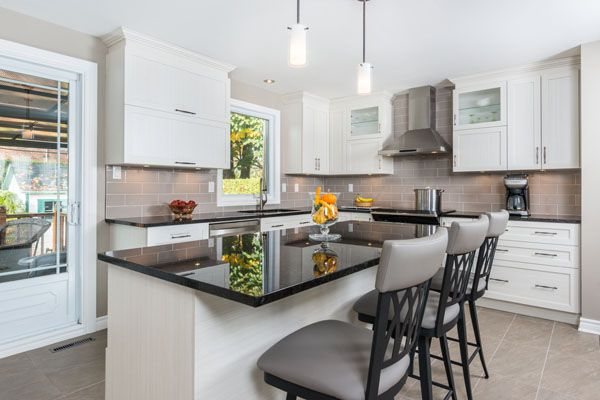 © Design: Centre Design Réalité  ///  White chic transitional kitchen with polyester doors in a shaker style with upper glass cabinet doors. -------------------- Cuisine transitionnelle chic blanche, avec portes polyester style shaker.