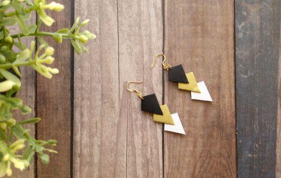 Boucles d'oreilles pendantes en cuir noir or et par MarieHamonou