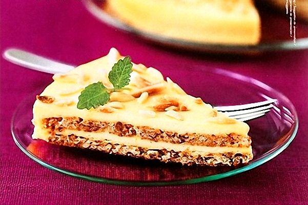 Seguro que, aunque no supierais su nombre, esta tarta de almendras os sonará. Famosa por una cadena sueca de decoración, la mandeltarta es característica p