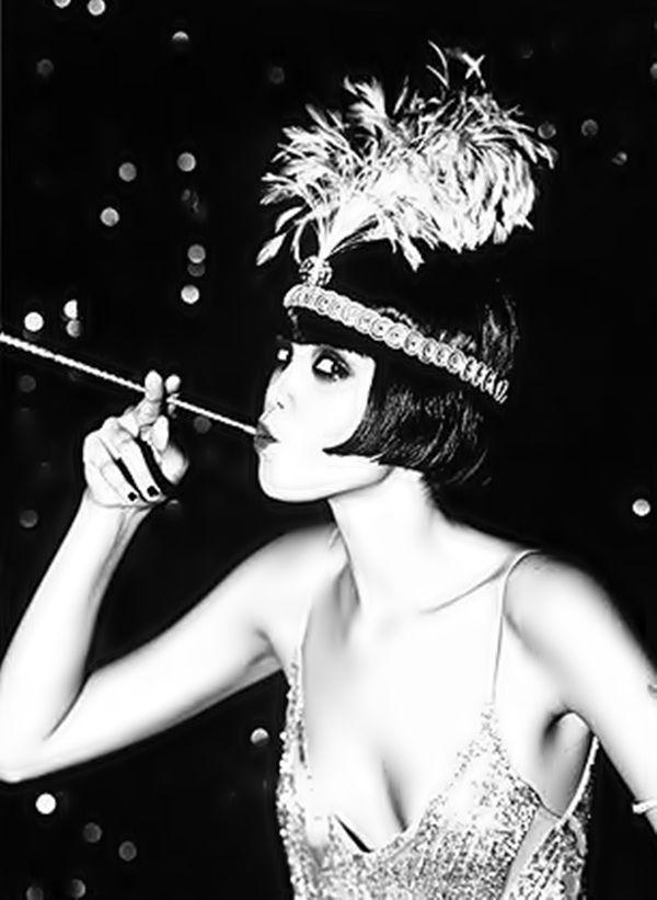 Os anos 20 foram a época do jazz e da dança, as mulheres usavam roupas festivas com uma espécie de franjas. Usavas tiras brilhantes com penas na cabeça e fumavam porque era considerado uma coisa chique.