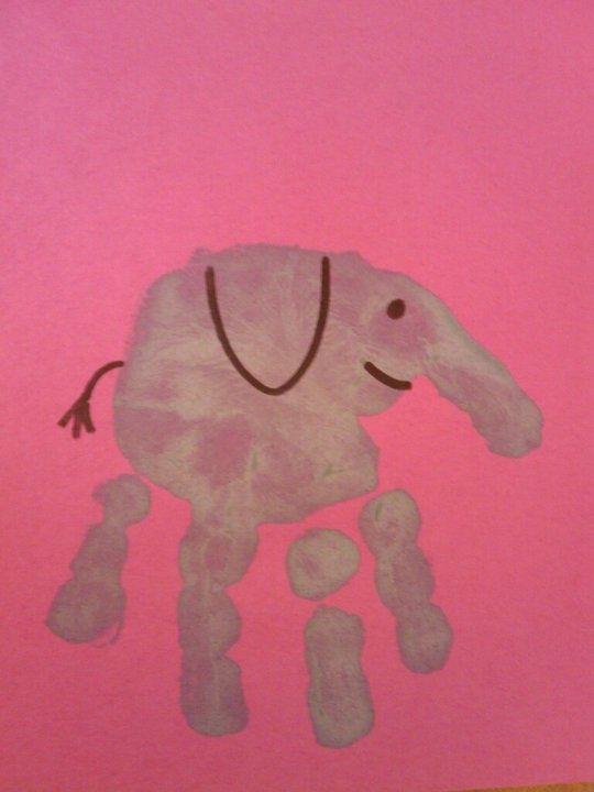 Sou daquelas mães que adora ver o filho completamente sujo de tinta. Como a pintura é das atividades que mais me dá prazer desde pequena, se eu puder, entr